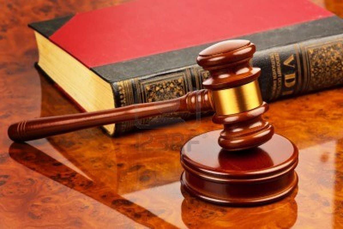 Un giudice donna decide di toglierle i due figli perchè malata di cancro