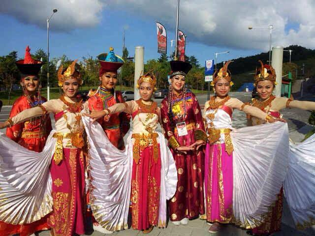 Tradizione indonesiana subito dopo il matrimonio gli sposi non devono andare in bagno per tre - Supposte per andare in bagno ...