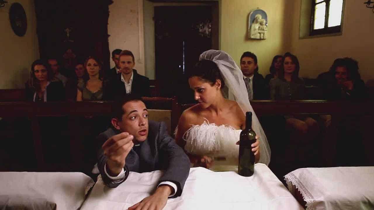 Sposo arriva ubriaco al matrimonio, la sposa per vendetta sposa suo fratello