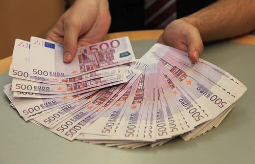 Ragazzo chiede la mano della fidanzata ma prima le chiede 100mila euro in prestito, cosa accade dopo è sconvolgente