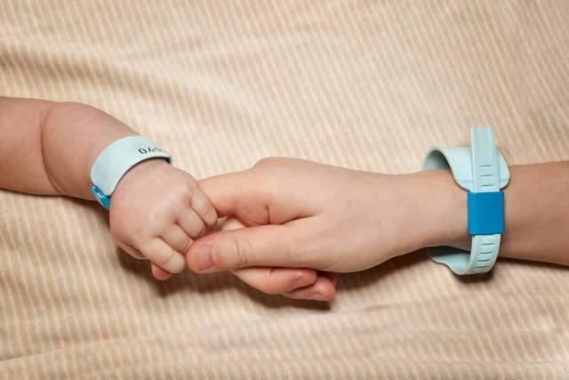 63enne non si lava per 35 anni per avere finalmente un figlio maschio, nel frattempo ha sette figlie femmine