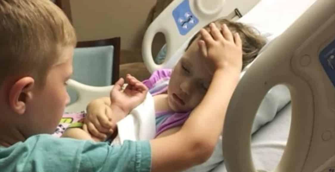 Piccolissima è ricoverata in ospedale con un gravissimo tumore, il gesto del fratello è commovente e rivela una grande verità