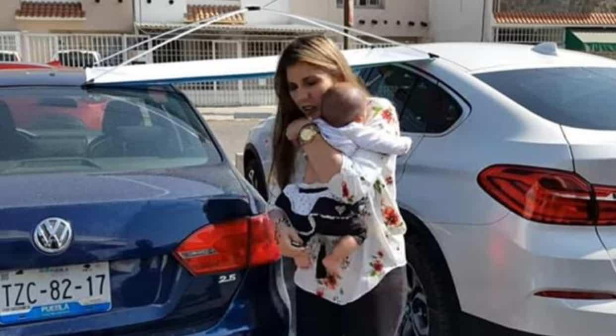 Giovane madre lascia la bambina chiusa in auto sotto il sole cocente, aveva un appuntamento con alcune amiche al bar di un centro commerciale, la reazione dei passanti è esemplare