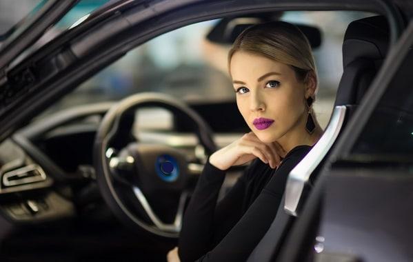 Colpo di fulmine per un vigile urbano, s'innamora di una donna alla guida molto affascinante e decide di multarla per eccesso di bellezza