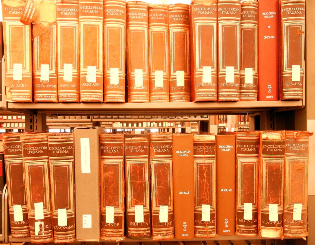 Mentre fa le pulizie a casa spolvera un'enciclopedia e scopre all'interno 260 milioni di lire