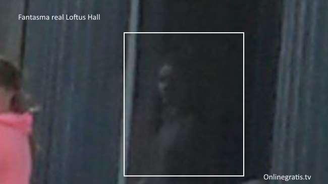Turista scatta una foto, solo dopo averla sviluppata si avverte che in quella foto c'è la presenza di un'inquietante fantasma dall'aspetto femminile
