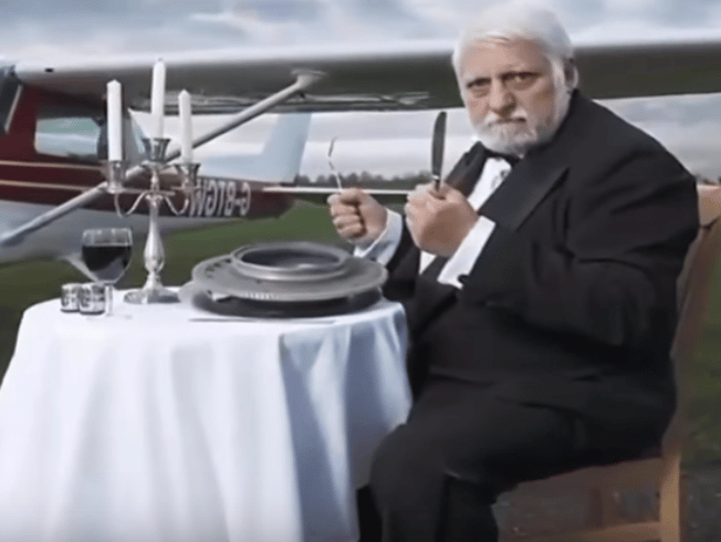 Uomo mangia pezzo dopo pezzo un intero aereo, cosa gli accade dopo