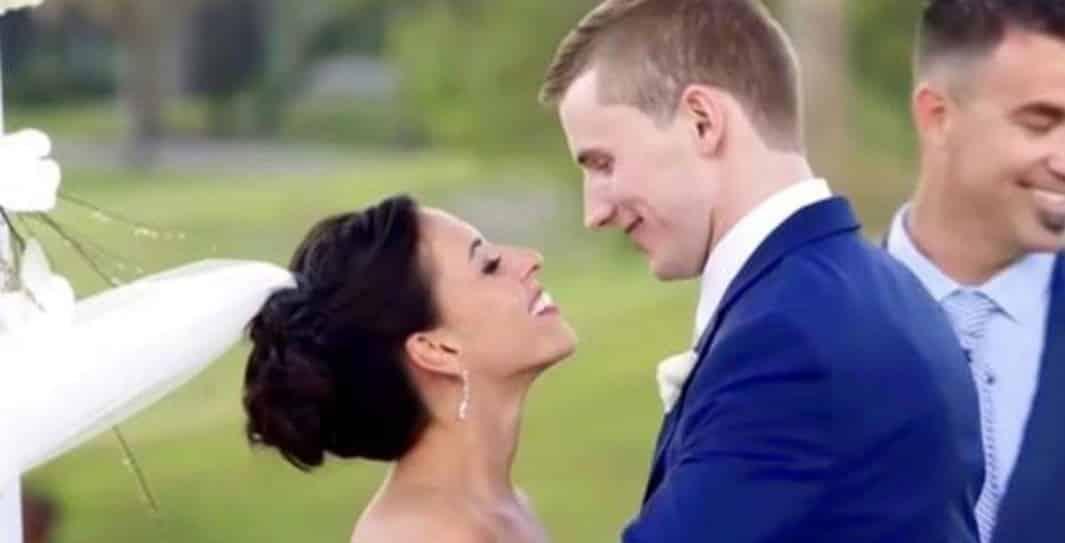 La sposa viene baciata dallo sposo ma gli ospiti non hanno la minima idea del miracolo che vedranno dopo pochi secondi