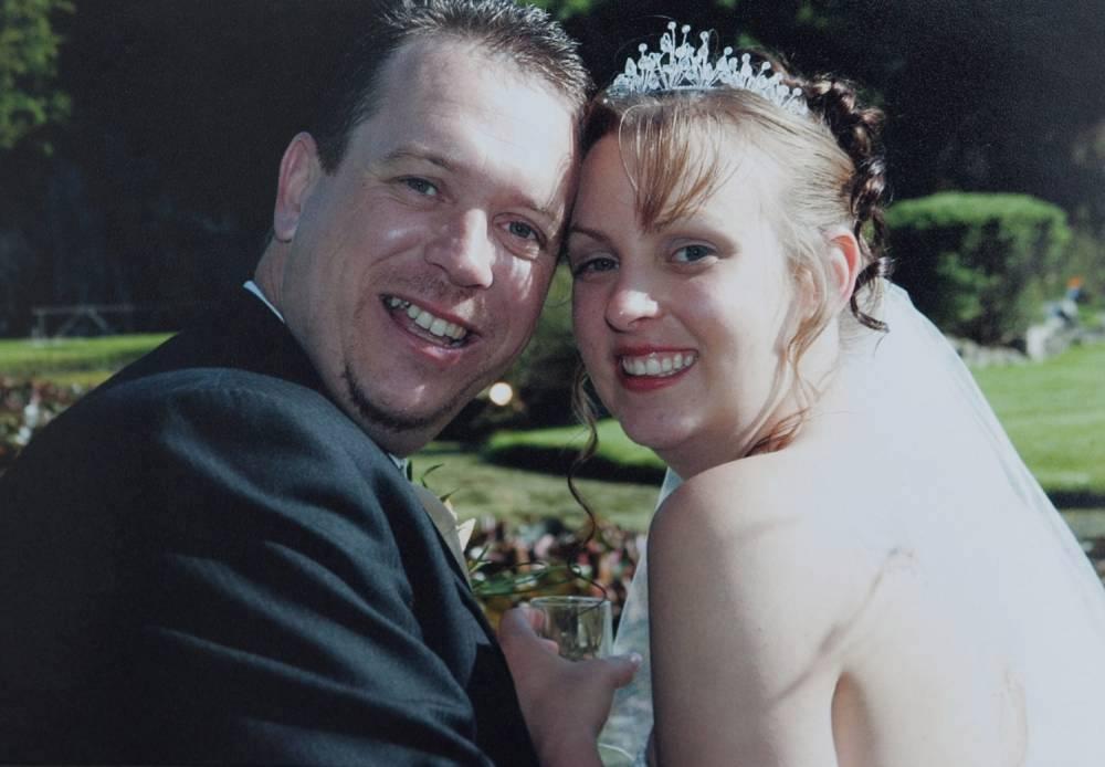 La moglie scopre da una foto pubblicata sui social che il marito è bigamo, si è sposato per ben due per farlo ha scelto sempre la stessa location, lo stesso testimone e il medesimo viaggio di nozze