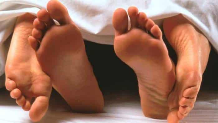 Figli rincasano prima del previsto e trovano il padre a letto con la giovanissima amante e lo riempiono di botte
