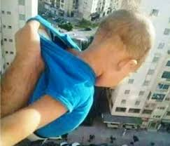Vuole avere like su facebook, prende il figlio e lo fa penzolare fuori dalla finestra dal 15esimo piano