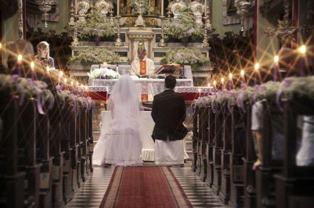 La sposa arriva in ritardo e il parroco non la aspetta, inizia a celebrare  senza di lei, cosa accade in chiesa