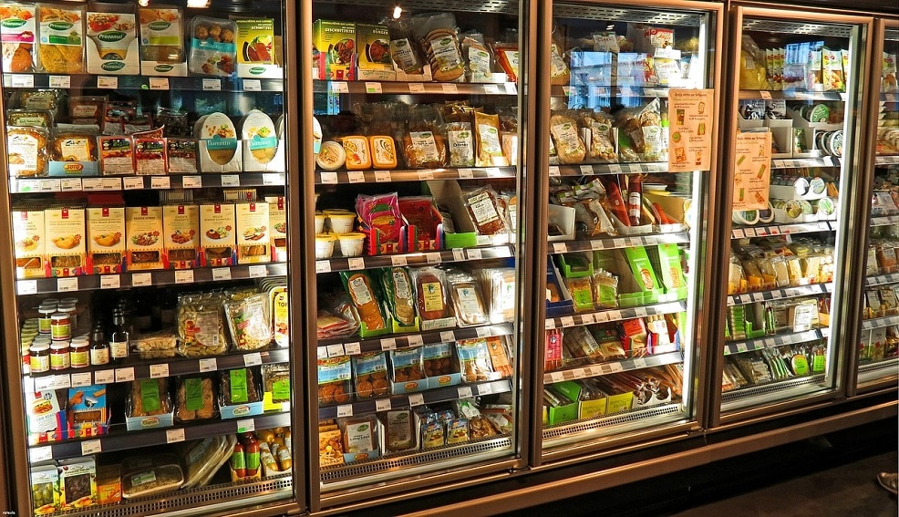 Ha caldo, entra in un supermercato, si spoglia completamente e si chiude nel frigorifero dei sofficini, quel che succede dopo non era mai accaduto prima
