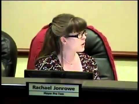 Noiosa seduta del consiglio comunale, nel silenzio assoluto Sindaco va in bagno ma si scorda di spegnere il microfono
