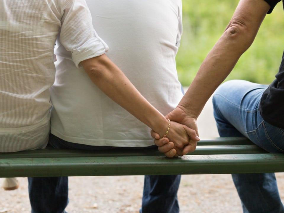 Va allo stadio e si siede dietro una coppia, vede che lei sta messaggiando con un altro scrive un biglietto e lo passa al marito, ecco cosa accade