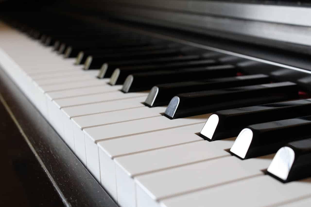Esce dal coma e diventa un fenomeno al pianoforte, cosa gli è accaduto