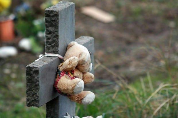 Ecco cosa faceva una donna sulla tomba di molti bambini defunti, una cosa vergognosa