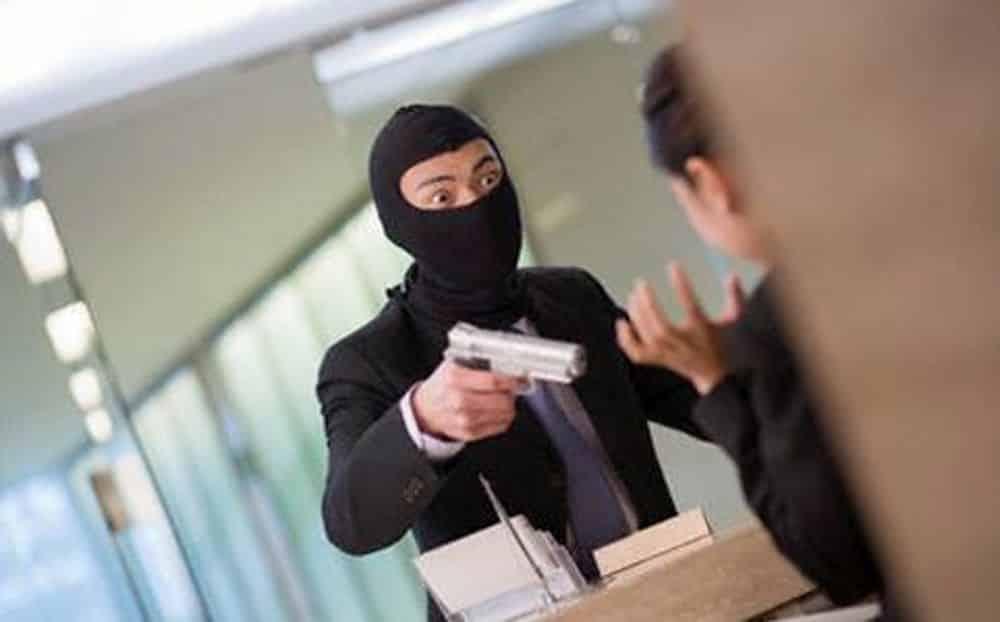 "Rapina una banca ma promette ""ve li restituirò"" e mantiene la parola"