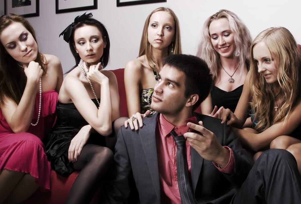 27enne ha contemporaneamente la relazione con quattro giovani donne. Le ragazze scoprono l'inganno si riuniscono, organizzano un raid punitivo e gli danno una pesante lezione