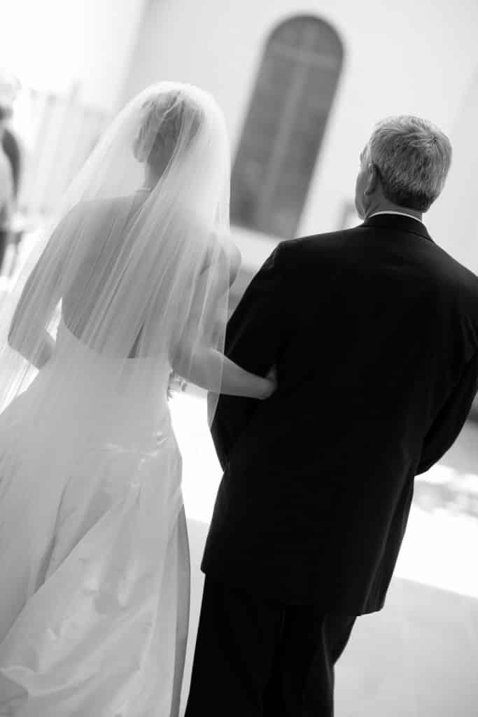 Un padre fa un regalo unico alla figlia che si deve sposare, ecco di che si tratta