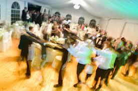 Cento persone vanno al ristorante, mangiano e poi ballando escono dal locale e fuggono senza pagare il conto
