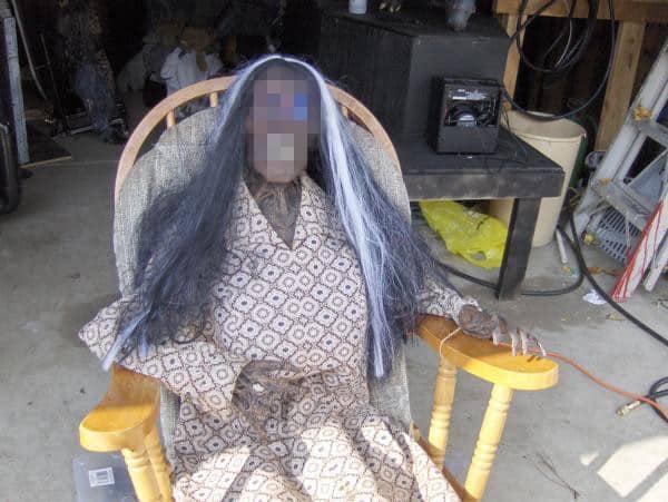 28enne non si rassegna alla morte della madre e per tre anni dorme con il suo scheletro