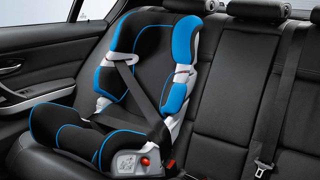 Mette il suo bambino nel seggiolino e poi lo sistema momentaneamente sul tettuccio della macchina, poi si dimentica di dove l'ha messo e parte