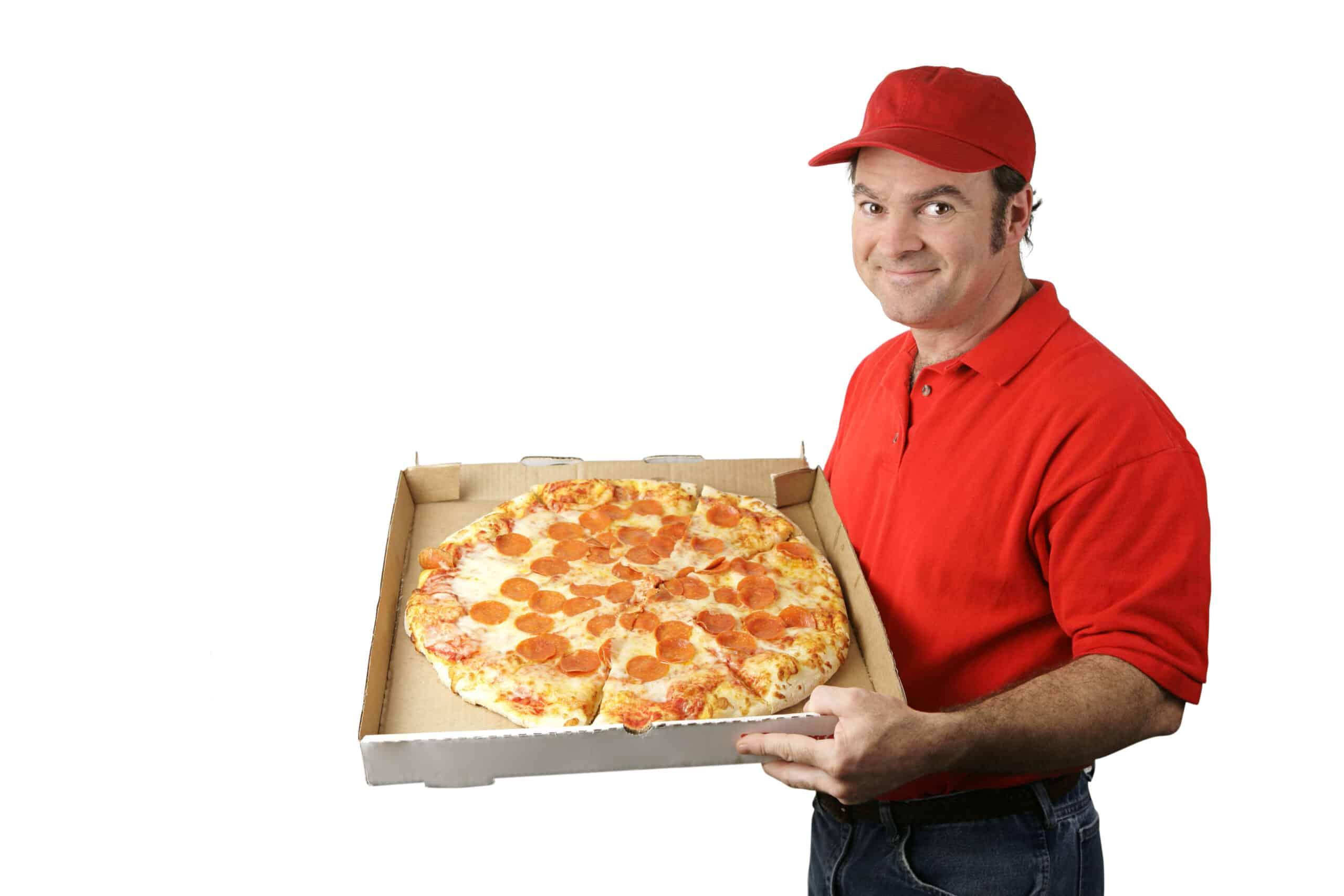Dopo aver recapitato a domicilio una pizza conta la mancia che gli è stata data, 2.000 euro