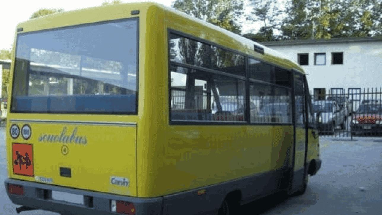 Scuolabus accompagna bambina a casa, lo zaino rimane impigliato nelle porte, conducente non se ne accorge, riparte e trascina la bambina