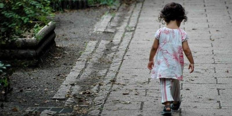 Bimba di sei anni lasciata sola in casa di notte scende e inizia a vagare per la città, il papà era andato a trovare la giovane amante