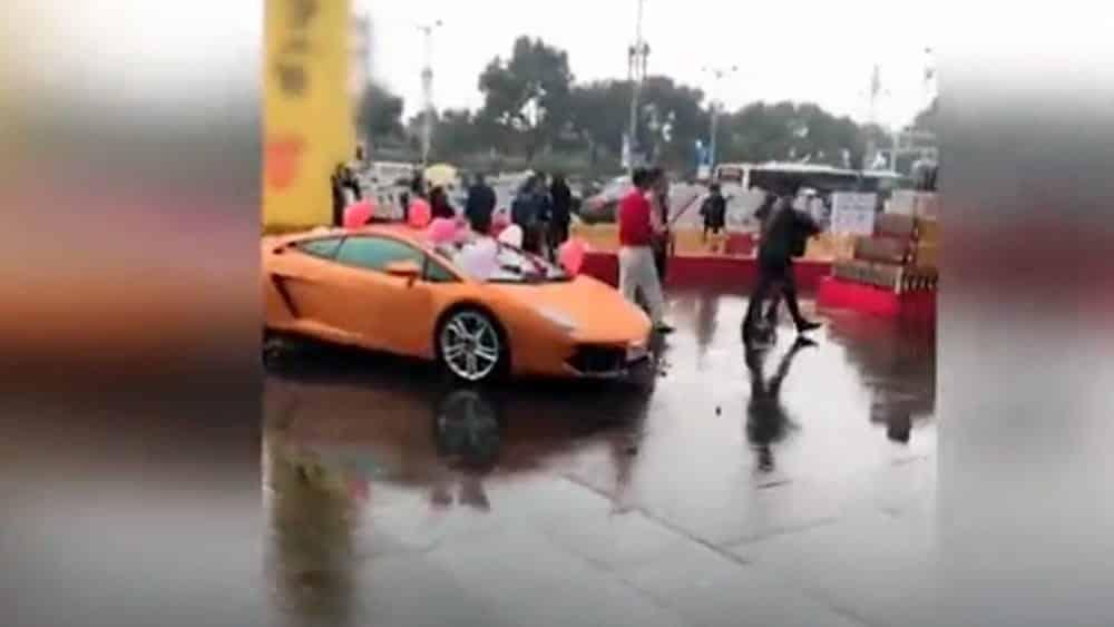 """Proposta di matrimonio da mille e una notte, ragazzo miliardario chiede di sposarlo regalandone una Lamborghini, ma riceve un """"due di picche"""", la reazione è devastante"""