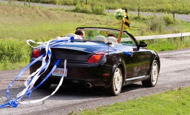 Partono in auto per il viaggio di nozze e il neo marito si ferma in una stazione di servizio, quello che accade dopo è sconvolgente