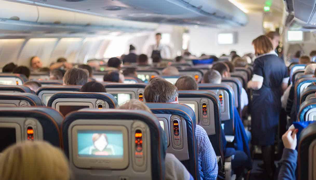 Durante un volo coppia litiga, lei lo massacra di botte e alla fine gli spacca il portatile sulla testa, il motivo è incredibile