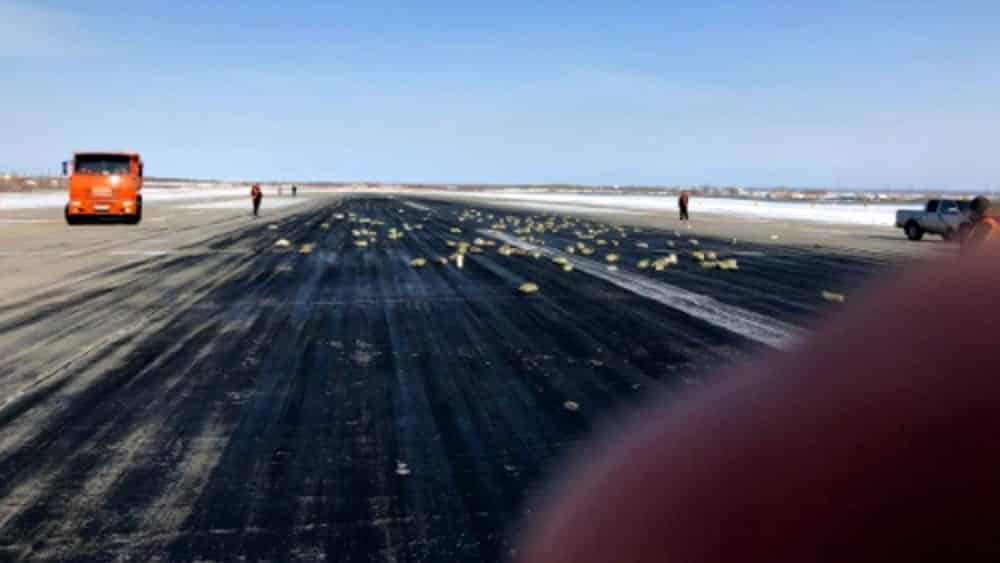 Caos all'aeroporto, a un  aereo si rompe il portellone e perde il suo prezioso carico, piovono dal cielo 3 tonnellate di lingotti d'oro, valore inestimabile
