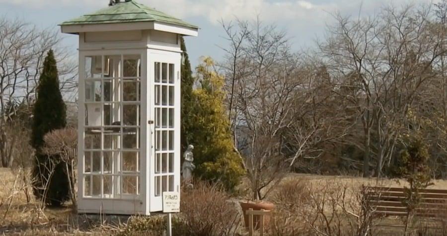 Phone of the Wind è la cabina telefonica dove entra chi vuole mettersi in contatto con i propri defunti