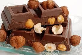 Riceve da un amico una tavoletta di cioccolata ma quello che trova all'interno è sconvolgente