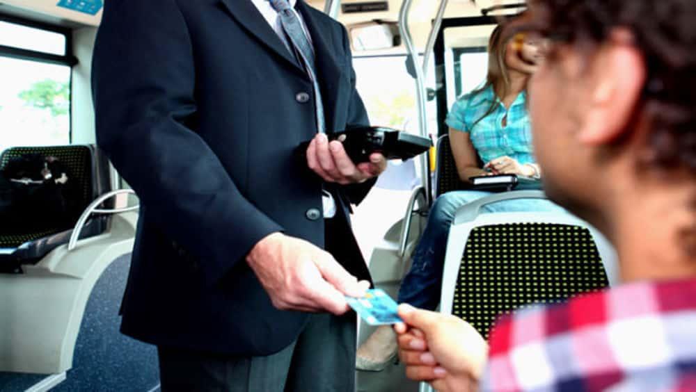 Controllore di un autobus rincorre una 17enne sprovvista di biglietto, la gente lo ferma perchè pensa sia un maniaco