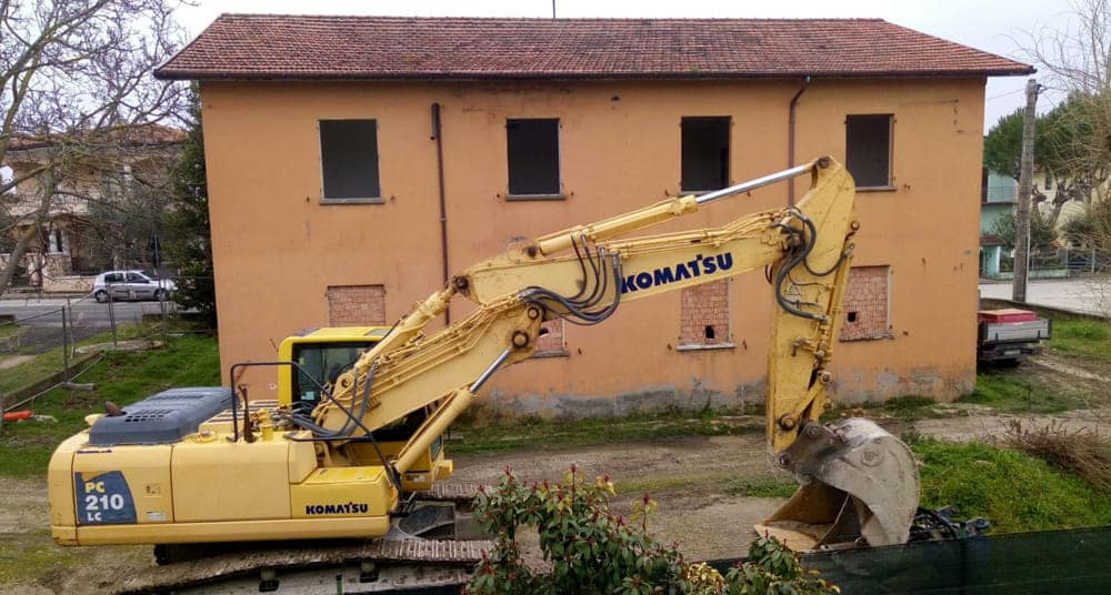 La sua casa sta per essere demolita, cambia il civico e viene demolita quella accanto