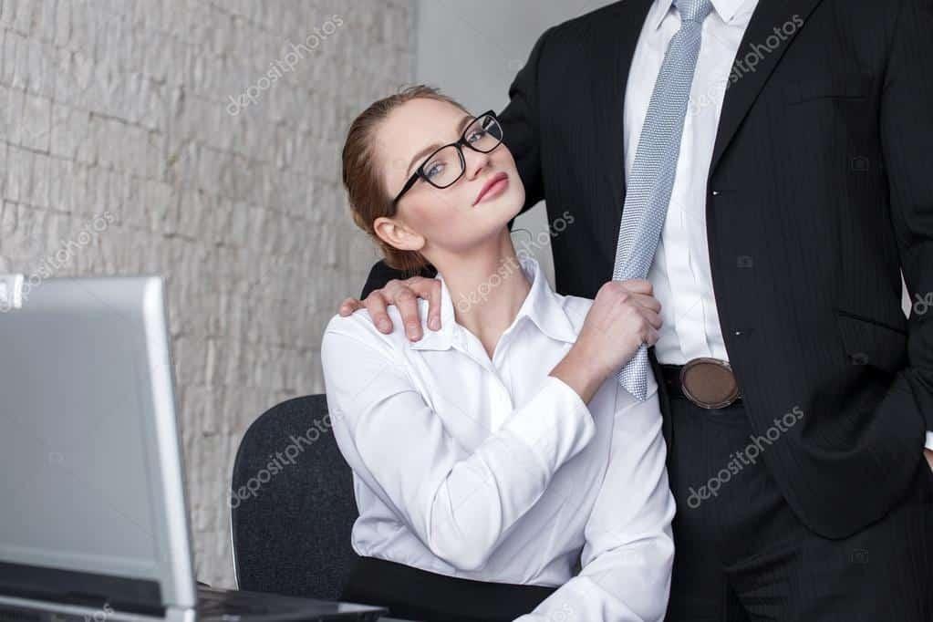 Cinquantenne sposato scoperto in ufficio con la collega 26enne, le foto su face book, come hanno reagito i due amanti