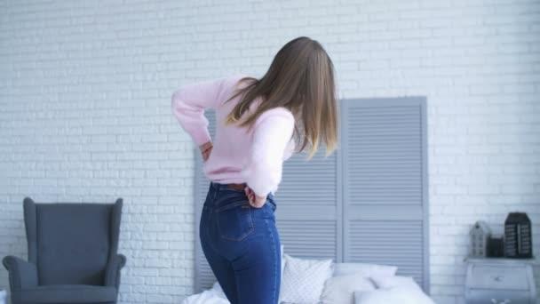 Donna indossa jeans troppo stretti, le conseguenze sono terribili