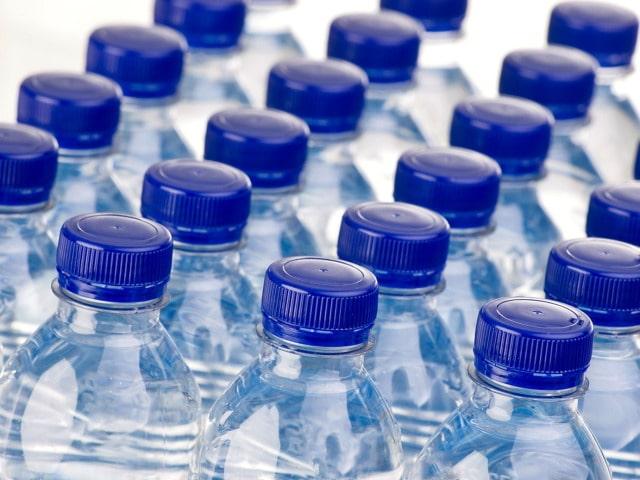 Beve 20 litri di acqua al giorno, se non la fa può morire