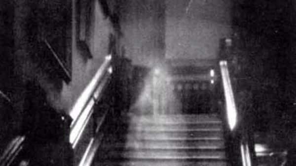 Presenza inquietante in casa, si muove da una stanza all'altra e getta a terra oggetti e fa muovere sedie, uomo fa un video scene inquietanti e sconvolgenti