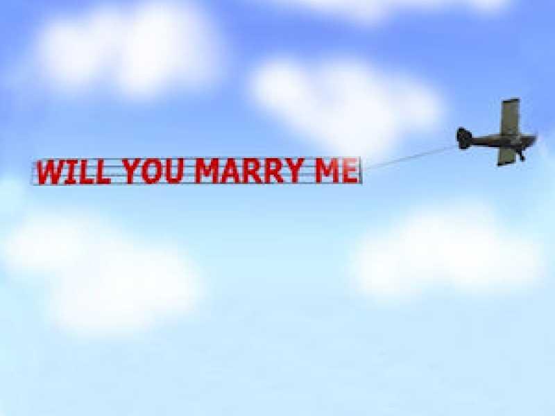 Una proposta di matrimonio da mille e una notte, per farla ragazzo noleggia addirittura l'aereo, ma al momento clou l'aereo precipita