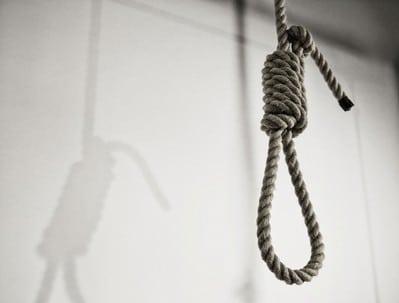 Ragazza 21enne accetta di mettersi la corda al collo per pochi minuti dietro un generoso compenso, muore strangolata