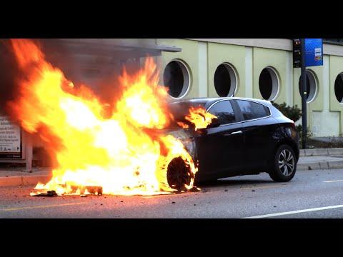 Coppia decide di passare un po' di tempo in intimità in macchina, ma fanno qualcosa di pericoloso e divampa un incendio