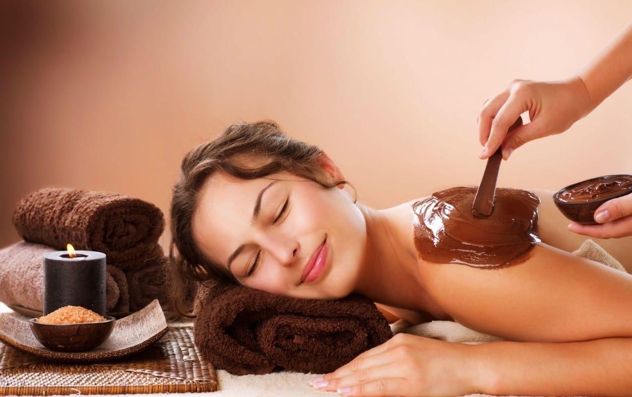 Affascinato da Cleopatra, regala alla fidanzata un bagno al cioccolato, costo oltre 10 mila euro