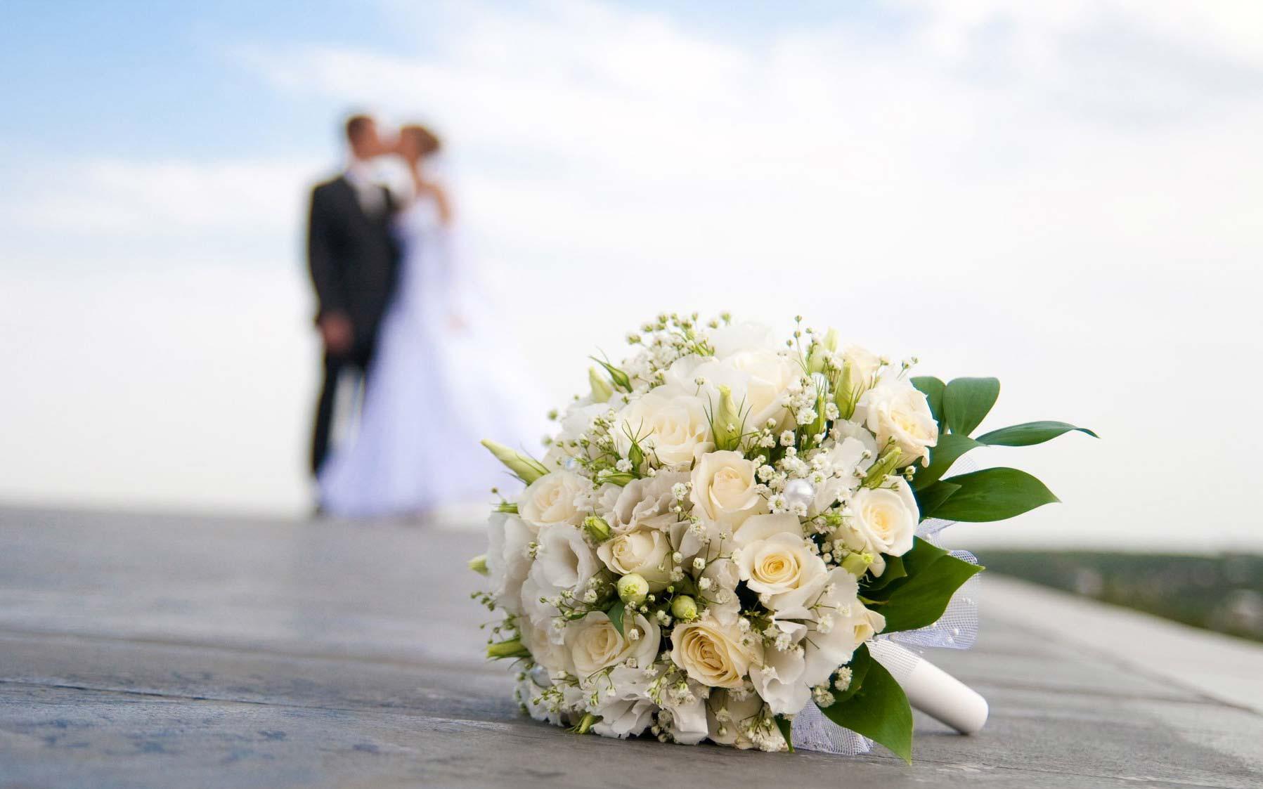 Durante un matrimonio uno degli invitati subisce un furto, arriva  la polizia e scopre che è stata la testimone dello sposo