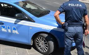 Ladri entrano in negozio di auto per rubare, i proprietari li scoprono e li inseguono per picchiarli, i ladri hanno paura e chiamano la polizia