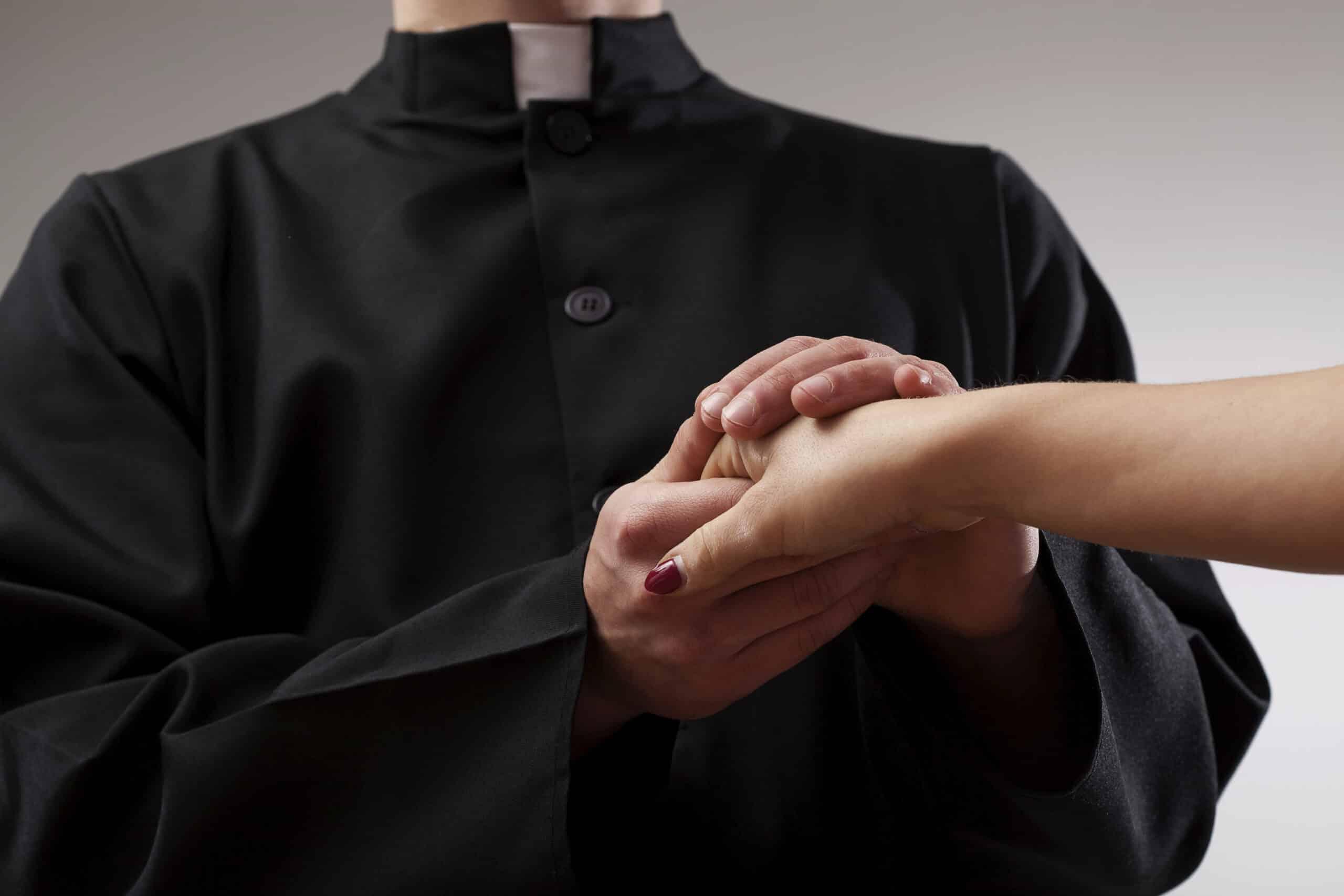 Giovane donna provoca un prete mentre il marito riprende la scena per ricattarlo, come si comporta il prete
