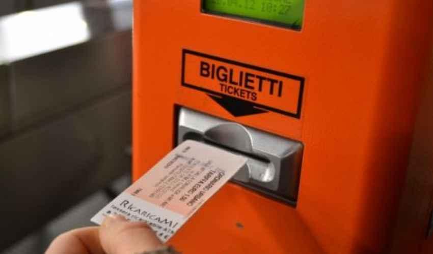 Giovane donna viaggia sul bus senza aver fatto il biglietto ma in borsa ha 8mila euro